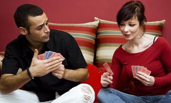 muž a žena hrajú karty