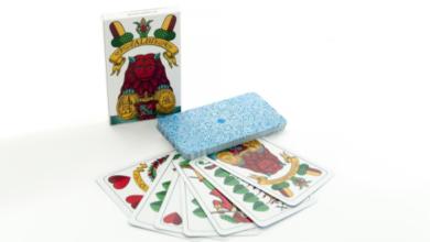 Mariášové a sedmové karty na stole