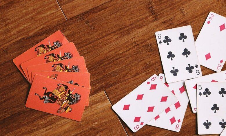Hracie karty na stole otočené rubom aj lícom