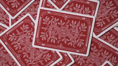 Hracie karty rubom nahor zakrývajú celú plochu.