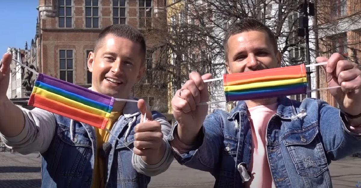 Homosexuálny pár rozdáva rúška