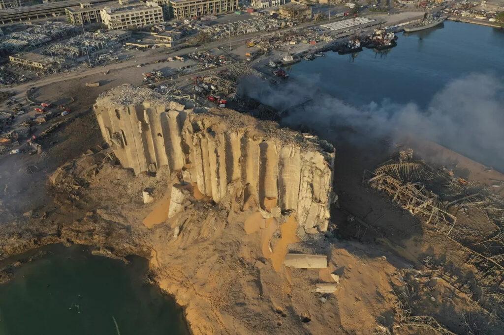 Zničené silo v libanonskom prístave, Foto: Hussein Malla, ČTK/AP