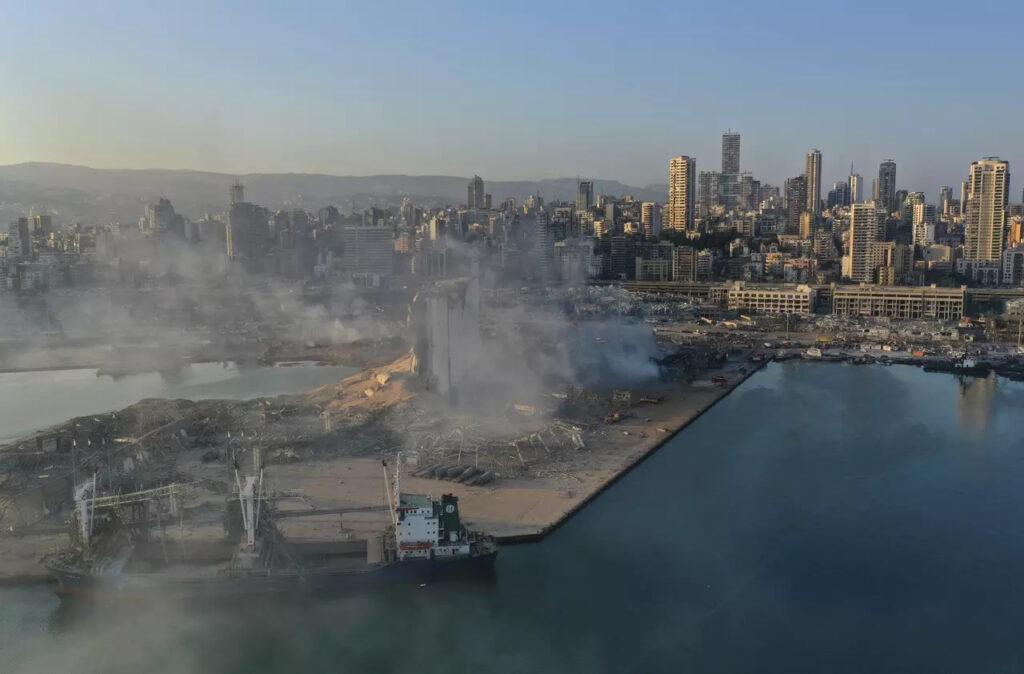 Snímok na zničený prístav v Bejrúte, Foto: Hussein Malla, ČTK/AP