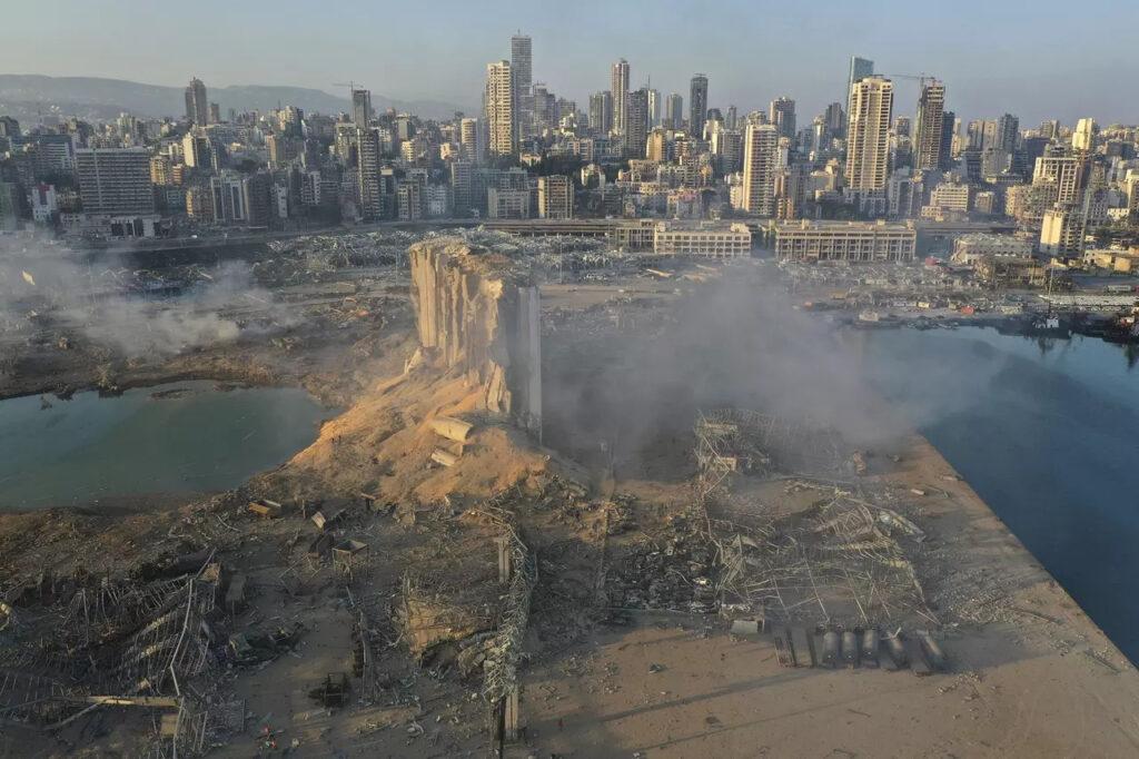Fotografia miesta výbuchu v libanonskom prístave, Foto: Hussein Malla, ČTK/AP