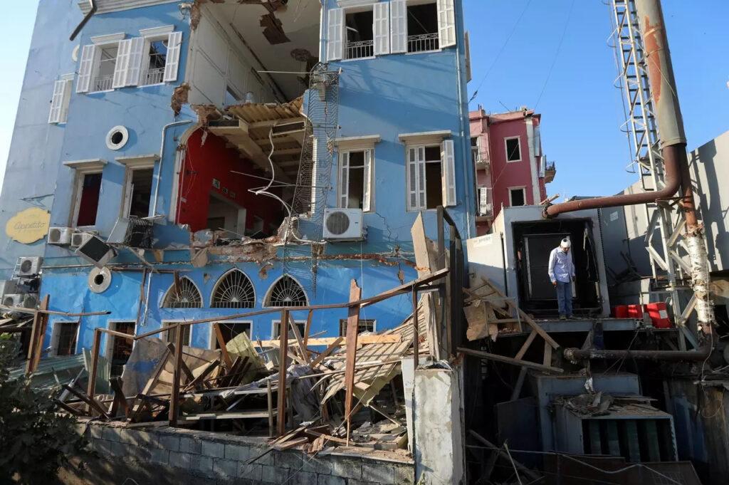 Muž pozerá na svoj zničený dom v Bejrúte, Foto: Mohamed Azakir, Reuters