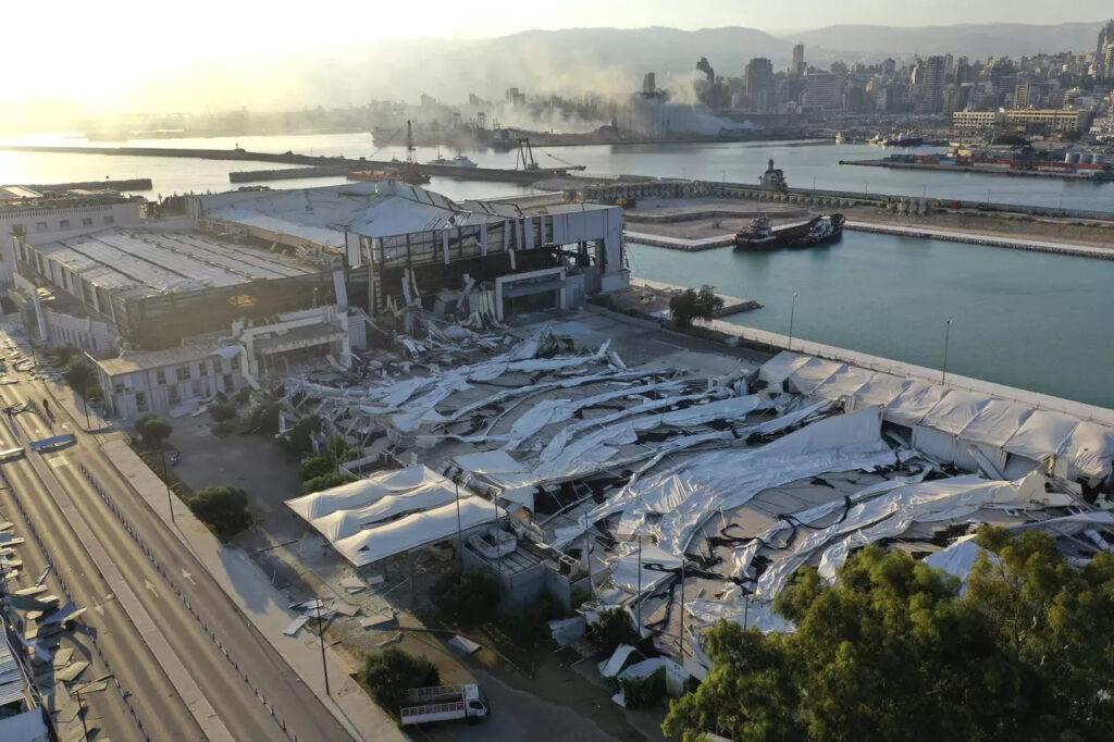 Snímok z dronu na zničenú výstavnú halu neďaleko bejrútského prístavu, Foto: Hussein Malla, ČTK/AP