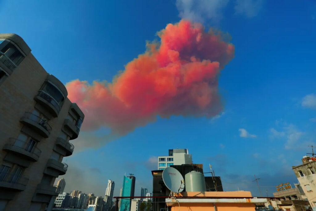Oranžový dym po výbuchu v bejrútskom prístave, Foto: Gaby Maamary, Reuters