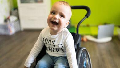 Photo of Chlapec so vzácnou chorobou robí po aplikácii lieku za milióny úžasné pokroky