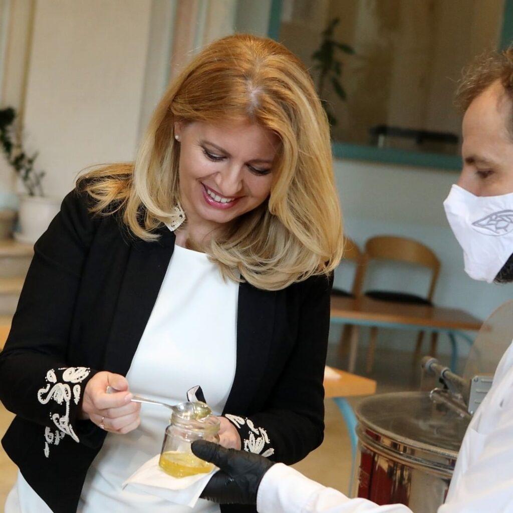 Prezidentka Zuzana Čaputová prezentuje med z Prezidentskej záhrady ochutnáva med