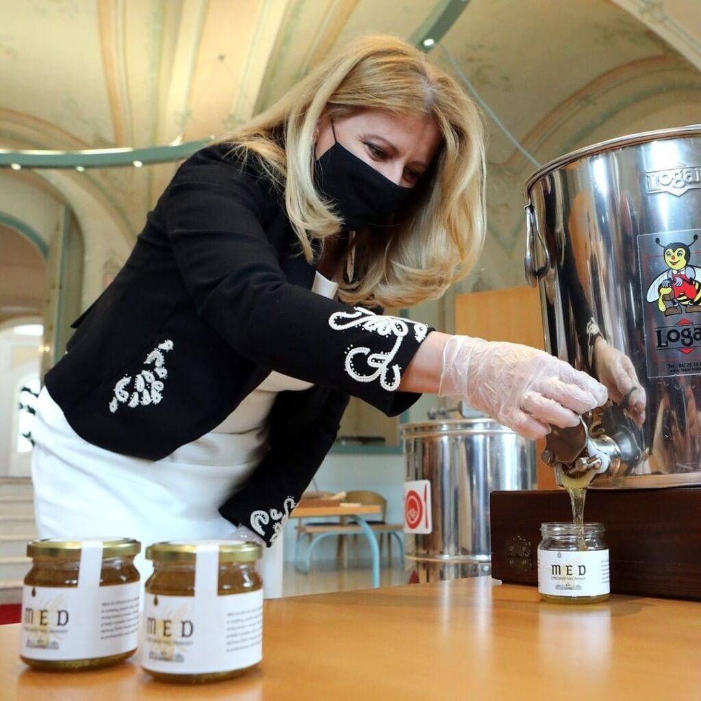 Prezidentka Zuzana Čaputová prezentuje med z Prezidentskej záhrady stáča med