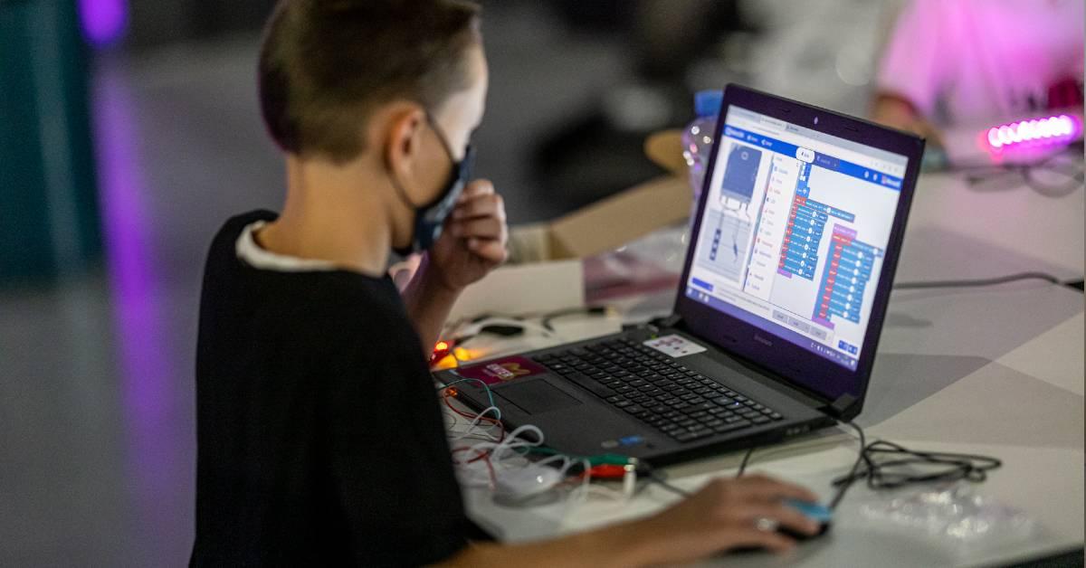Deti sa učia pri počítači